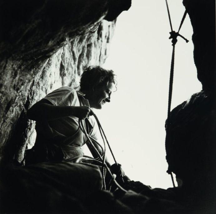 Germaine Tillion à l'entrée d'une grotte, Aurès, 1935-1936 © Thérèse Rivière