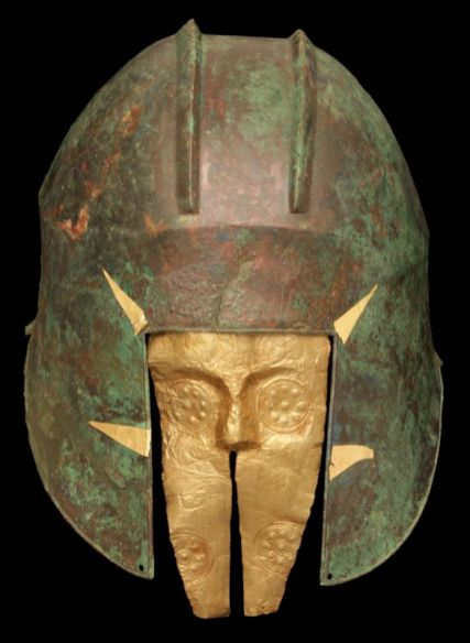 Casque en bronze et masque en or du guerrier de la tombe T 692, « Archontiko », après 530 av. J.-C. 30,5 × 22,5 × 20,5 cm (casque). Musée archéologique de Pella, Grèce © Musée archéologique de Pella, Grèce