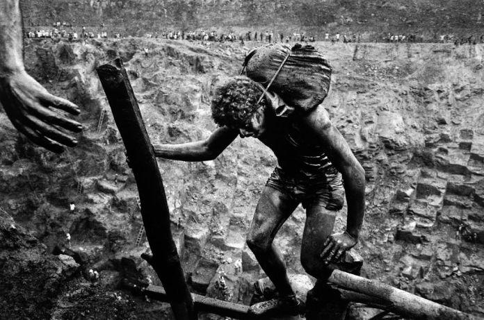 Sebastião Salgado (Sebastiao Ribeiro, dit), Serra-Pelada, mine d'or, 1986. 30 × 40 cm. FNAC 88109 Centre national des arts plastiques © Sebastião Salgado