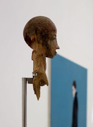 Anonyme, Tête Lobi, première moitée du XXe siècle - Djamel Tatah à le Collection Lambert -vue de l'exposition salle 1