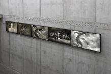 Clemens Von Wedemeyer, The Beginning. Living Figures dying, 2013 Installation vidéo HD. 18' Vue de l'installation à KOW, Berlin, 2015. Photo Ladislav Zajac Courtesy KOW, Berlin & Galerie Jocelyn Wolff, Paris © C. von Wedemeyer. Un désir d'archéologie à Carré d'art – Nîmes
