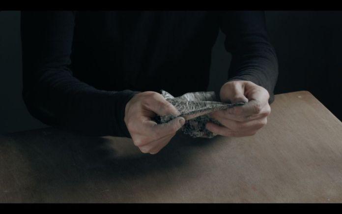 Ismaïl Bahri, Revers 4, 2016 - 2017, triptyque vidéo monté en boucle. Vidéo HD, 16/9 sonore, 5 minutes chacune. Ed. 2/3, 1/3,1/3 + 1EA. Collection FRAC Occitanie Montpellier. Video still. - À la lumière au Frac Occitanie Montpellier