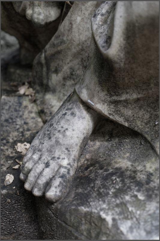 Thu Van Tran, Les Pieds de la République, 2017. Tirage sur papier Baryté, 61,7 x 41,7 cm Courtesy de l'artiste et Meessen De Clercq, Bruxelles © T. Van Tran. Un désir d'archéologie à Carré d'art – Nîmes