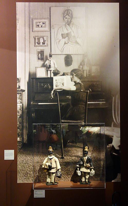 Olga assise au piano, 1920 - Vue de l'exposition Picasso et les Ballets russes, entre Italie et Espagne au Mucem