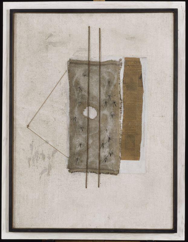 Pablo Picasso, Guitare, printemps 1926 Cordes, papier journal, serpillière et clous sur toile peinte, 96 x 130 cm Musée national Picasso-Paris © Succession Picasso, 2018
