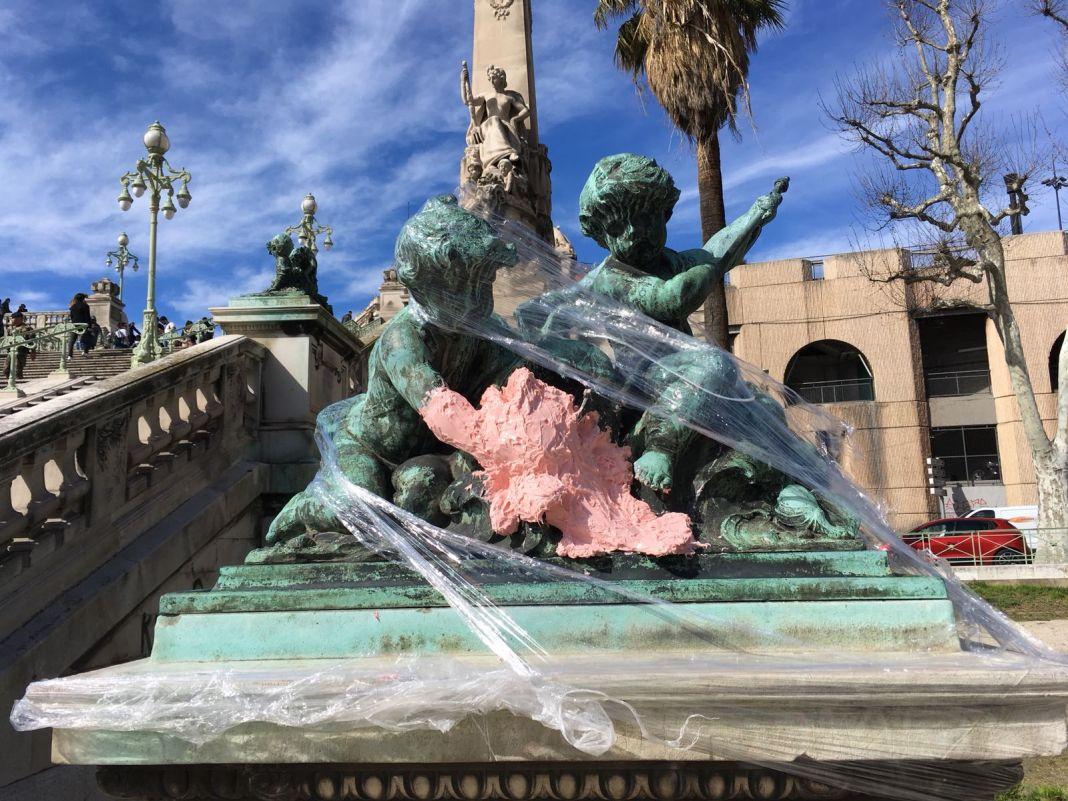 Ugo Schiavi - Empreinte de la rascasse sur le groupe «La Pêche» d'Henri Raybaud au pied de l'escalier monumental de la gare Saint-Charles