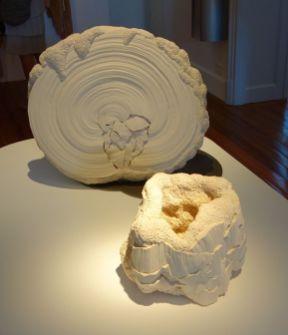 Simone Pheulpin, Croissance I, 2007 et Anfractuosité VI, 2015 - Exposition Tissage - Tressage à la Villa Datris - Fil organique