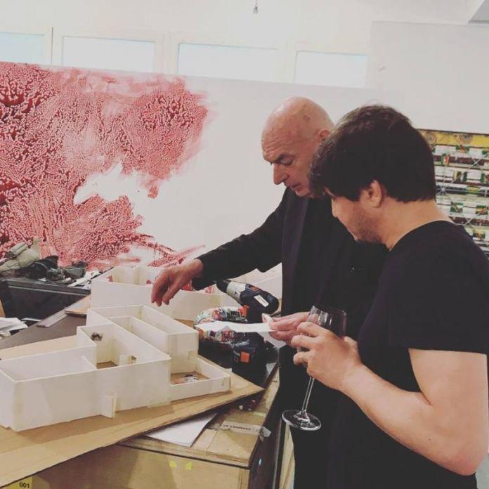 Work in progress Adel Abdessemed et Jean Nouvel, devant une maquette de l'exposition. Photo © Adel Abdessemed