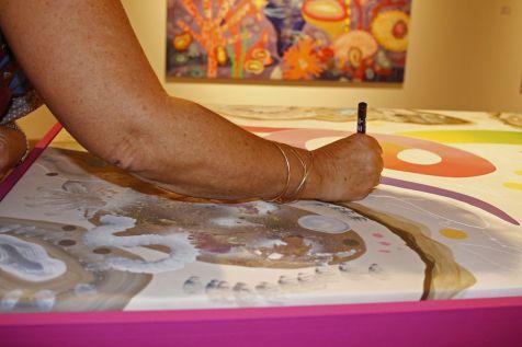 """Contributeurs à la peinture """"graffitable"""" située au centre de l'exposition. Photo Yann Dumoget"""