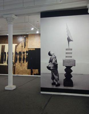 René Burri, Corée du Sud, 1987 et Kunsthaus Museum de Zurich – Constantin Brancusi, le soleil salue le coq, 1955 - Les pyramides imaginaires aux Renconres Arles 2018