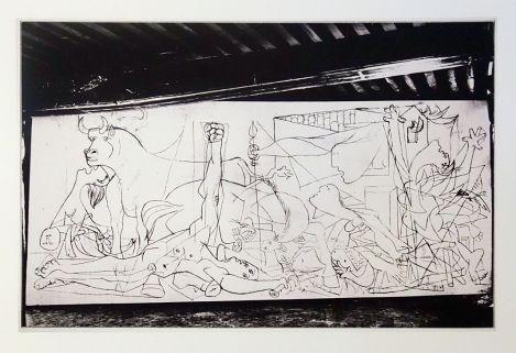 Dora Maar, Etat I bis de Guernica dans l'atelier des Grands Augustins, Paris, mai-juin 1937 - Reprodiction de la photographie conservée par le musée Piacasso Paris