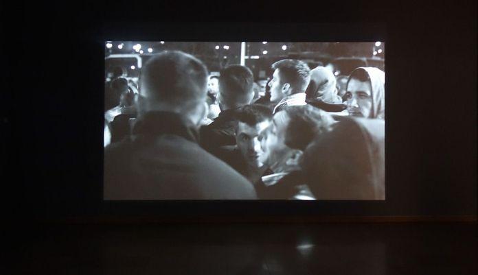"""Ibro Hasanovic - Note on Multitude, 2015 - Exposition Ligne de fuite - Carré d'art - Nîmes. Vidéo, 7'43"""". Courtesy de l'artiste & Kadist Collection."""