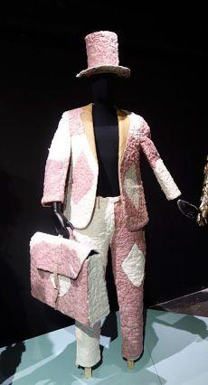Cédrick Mbengi, dit 100% Papier (né en 1990 à Kinshasa ; vit et travaille à Kinshasa) Usage unique (2018) Costume confectionné en papier hygiénique et papier kraft