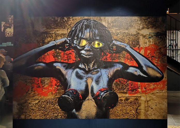 Julie Djikey (née en 1987 à Kinshasa ; vit et travaille à Lognes) Ozonisation – Troisième ruelle (2013) Performance photographiée par Pascal Maître