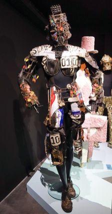 Michel Ekeba (né en 1984 à Kinshasa ; vit et travaille à Kinshasa) Liberté – Exo-astro-squelette (2018) Costume confectionné en tissu, métal, caoutchouc, objets trouvés et recyclés