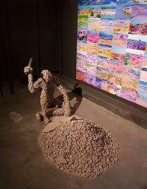 Sinzo Aanza (né en 1990 à Goma (RDC) ; vit et travaille à Kinshasa) Épreuve d'allégorie (2017) Installation – 264 tirages numériques et sculpture en caillasse de grès Avec l'aimable autorisation de l'artiste et de la galerie Imane Farès