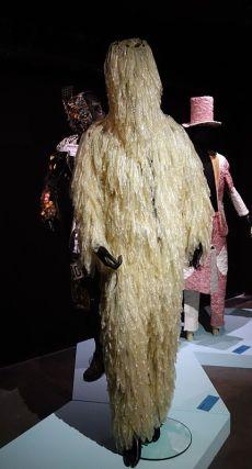 Tickson Mbuyi (né en 1988 à Kinshasa ; vit et travaille à Kinshasa) Batela lobi na yo (2018) Costume confectionné de préservatifs