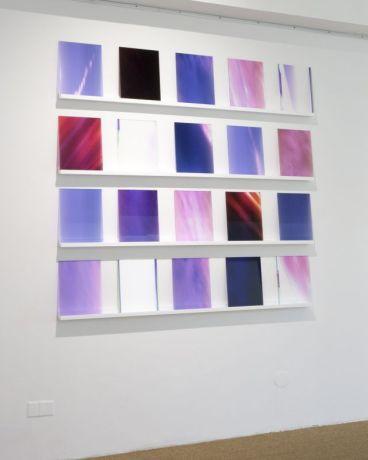 Shannon Guerrico, Sans titre, de la série « Bifröst », 2016 - 20 impressions quadrichromie sur autocollant transparent contrecollées sur plexiglas Pièce : 30.5 x 23 cm ensemble : 158 x 155 x 7 cm Collection FRAC OM - Photo : Shannon Guerrico