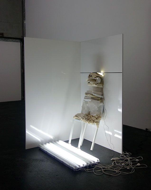 Laura Lamiel - À Blanc, 2017. Acier émaillé, tubes fluorescents, câbles, serre-joints, dessin, collage, plexiglass, gants, bois, tissus, objets divers – 210 × 127 × 127 cm.