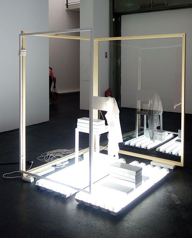 Laura Lamiel - Chambre de capture (1), 2015. Acier émaillé, laine,bois, tubes fluorescents, plexiglas, divers éléments – 150 × 190 × 150 cm.