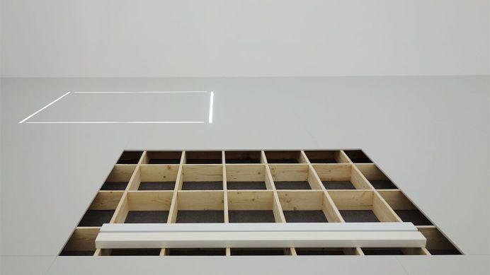 Laura Lamiel - L'espace du dedans (séquence 3), 2014 - 2019. Cuivre, bois, valises en cuir, boites en bois, dessins, photographies, acier émaillé, tubes fluorescents, divers éléments – dimensions variables. Production CRAC Occitanie.