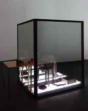 Laura Lamiel - Les yeux de W (1), 2018. Acier, miroir sans tain, cuivre, élément en acier émaillé, cuir, papiers, lampes, divers éléments – 190 × 200 × 160 cm. Production CRAC Occitanie.