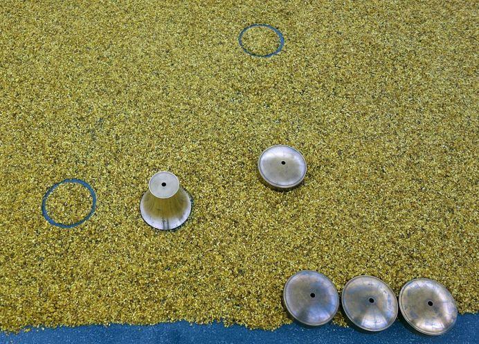 Laura Lamiel - Ozô, 2018. Encens, laiton, cuivre, tubes fluo, objet archéologique, cadre, éléments divers – 500 × 500 cm environ. Production CRAC Occitanie.