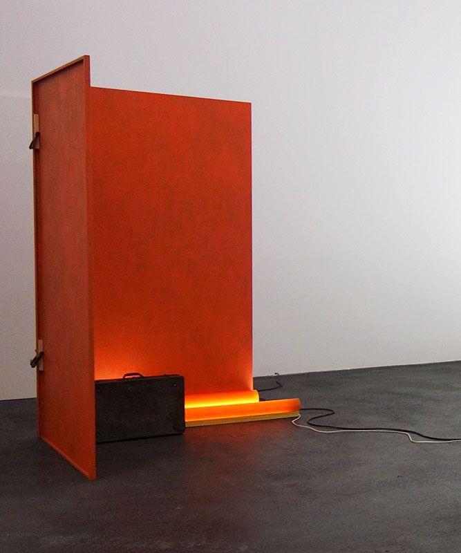 Laura Lamiel - Vulcano, 2019. Acier peint, tubes fluorescents, serre-joints, valise, Vulkollan – 210 × 145 × 127 cm.