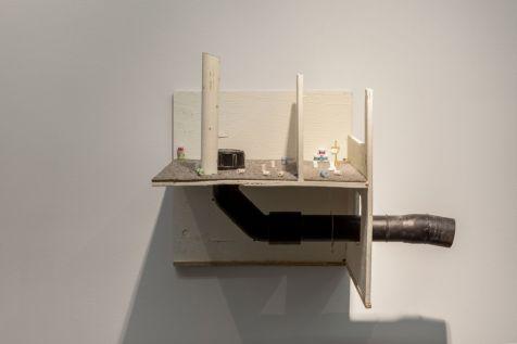 Mathis Altmann - T.P. Fair, 2016 Bois, miniature, plastique, vêtements, laiton. 56 x 33 x 40 cm. Courtesy of Freedman Fitzpatrick, Los Angeles/Paris