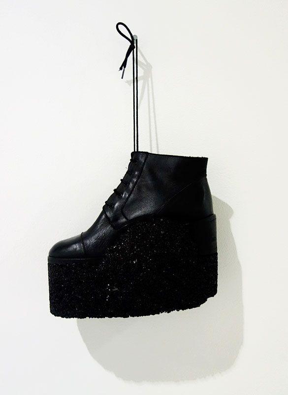 Amandine Capion - Condensée, 2017, chaussure, enrobé, 24 x 28 x 11 cm. Sud magnétique - Vidéochroniques