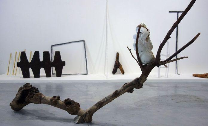 Ilyes Mazari - Colombe, 2018, polyuréthane, terre, acrylique, platane,120 x 240 x 40 cm. Sud magnétique - Vidéochroniques