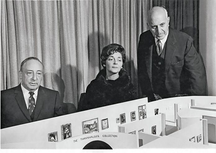 Justin et Hilde Thannhauser avec Harry Guggenheim, président de la Solomon R. Guggenheim Foundation, et une maquette montrant le projet d'aile Thannhauser au Guggenheim Museum, 1963Solomon R. Guggenheim Foundation, New York