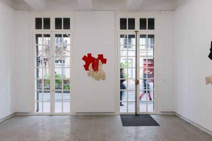 Max Charvolen - A Vallauris, 53 rue Clèment Bel, Sol, mur, huisserie, 100 x 81 cm, 2018 - Exposition à la galerie ALMA 2019 – photo ©David Huguenin