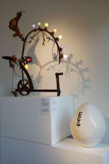 Jean Tinguely - Lampe Coq, 1973 et David Shrigley, Egg 3, 2011 - Bêtes de scène à la Villa Datris - Cabinets de curiosité