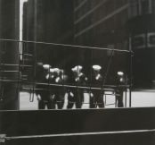 Ray K .Metzker Sailors , Chicago 1958 Tirage sur papier aux sels d'argent © The Estate of Ray Metzker / Courtesy Howard Greenberg Gallery, New York