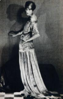 Man Ray - Peggy Guggenheim dans une robe Paul Poiret, 1924