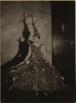Marie-Laure de Noailles costumée en « robe poisson » pour le bal le Fond de la mer, 1928