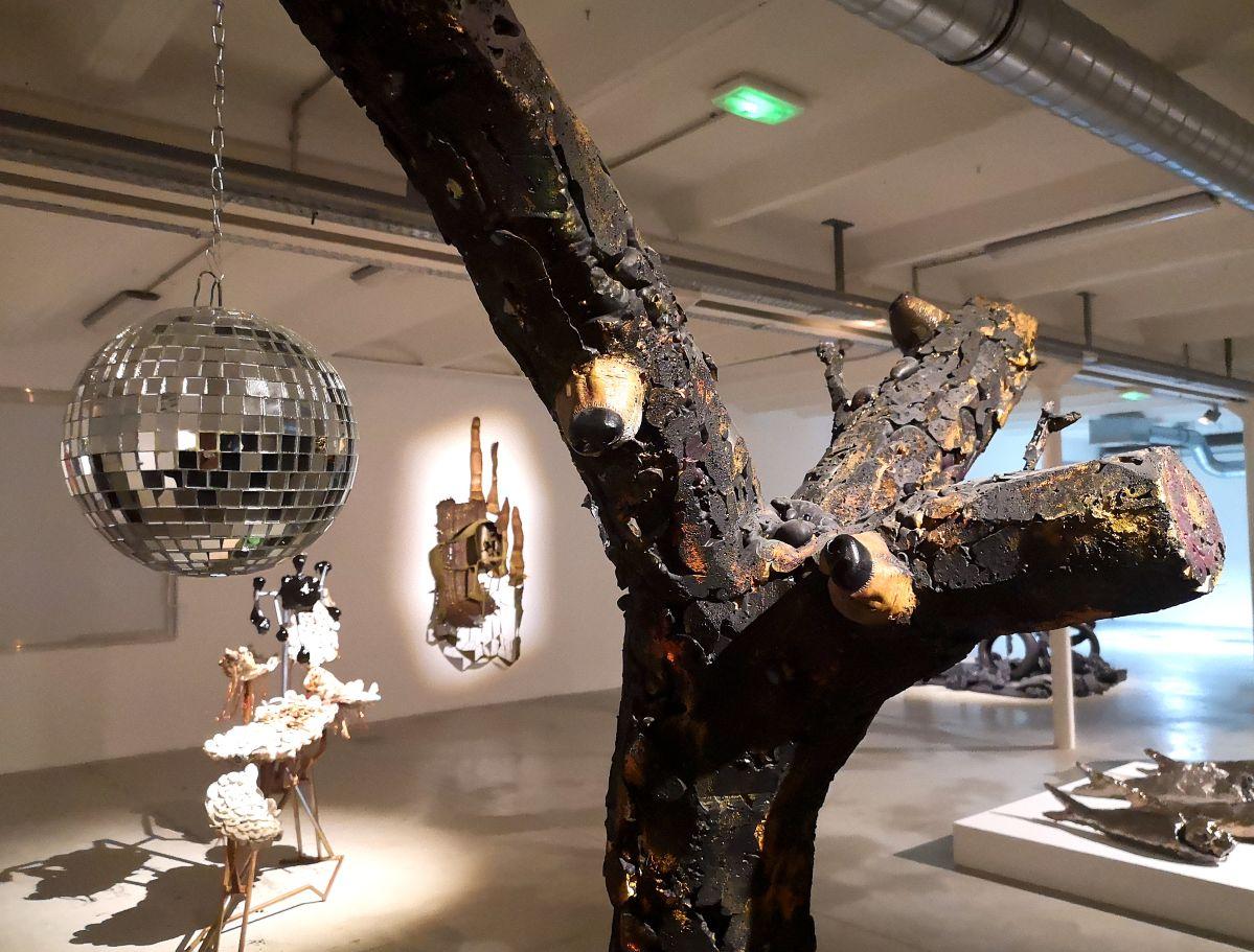 Arnaud Labelle-Rojoux - L'arbre aux museaux (museaux, musette), 2002 (détail) - Street Trash - Friche La Belle de Mai