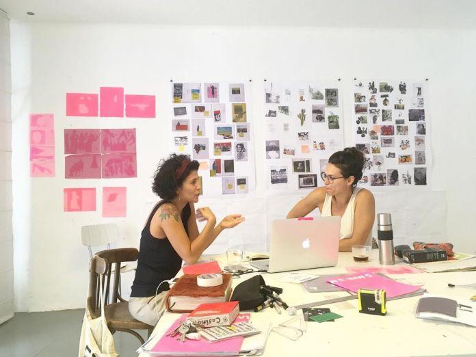 Roberta Garieri , curatrice de recherche à Dos Mares et María Cerdá en séance de travail
