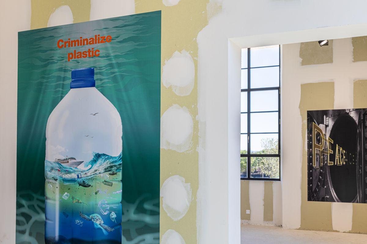 Vue de l'exposition It's Urgent sous le commissariat d'Hans Ulrich Obrist. Médico-Social, Luma Arles, Parc des Ateliers, Arles, France, 2020. Photos ©Adrian Deweerdt