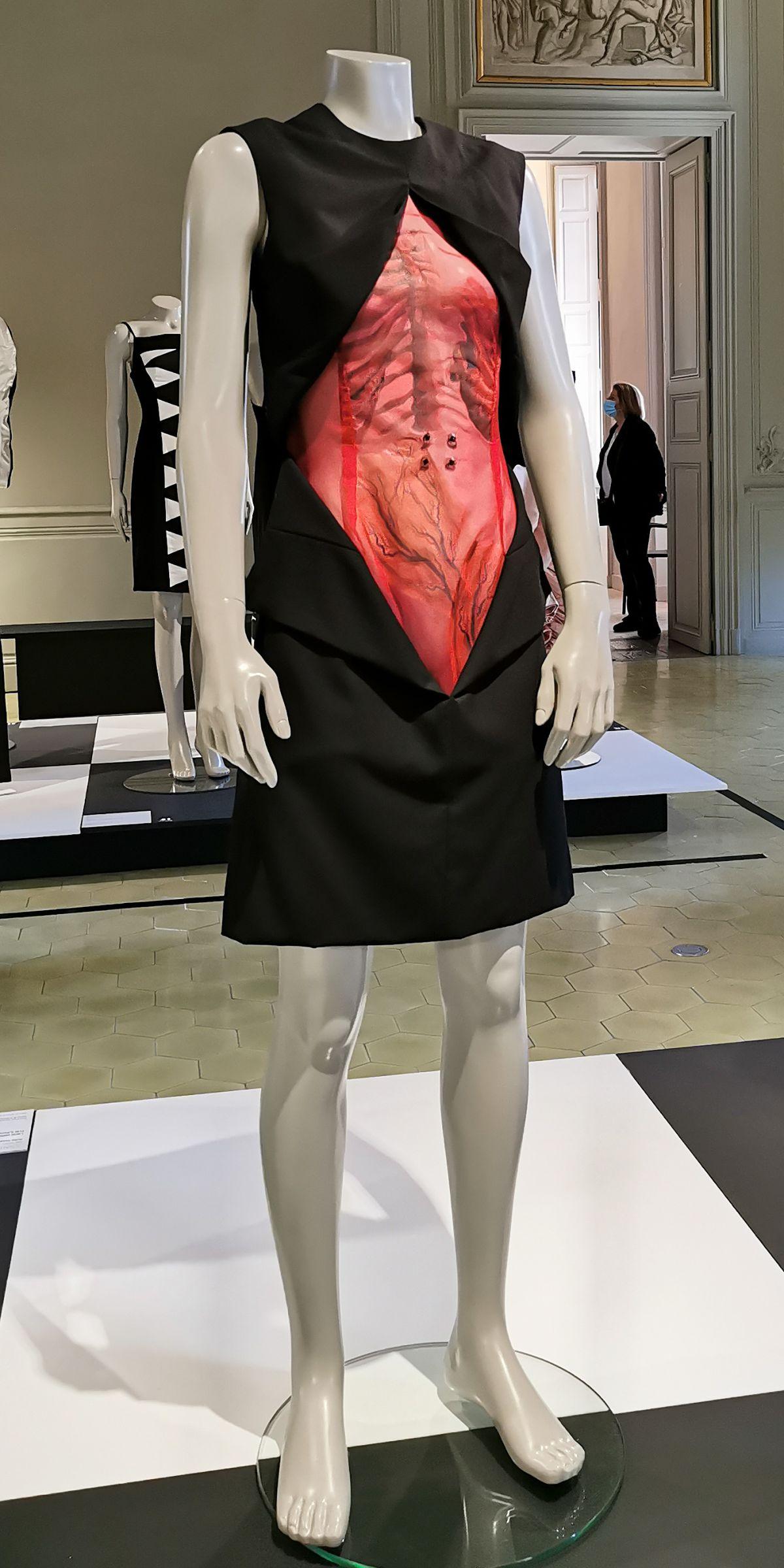 Isabelle Ballu - Robe courte, Prêt-à-Porter Automne-Hiver 1998-1999 - L'héritage surréaliste dans la mode au Château Borély - Grand Salon