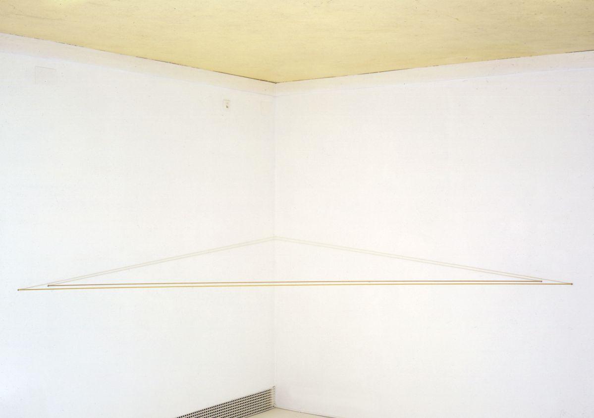 Fred Sandback, Untitled (Deux cordes de couleur jaune oxydé et terre de Sienne pure), 1972