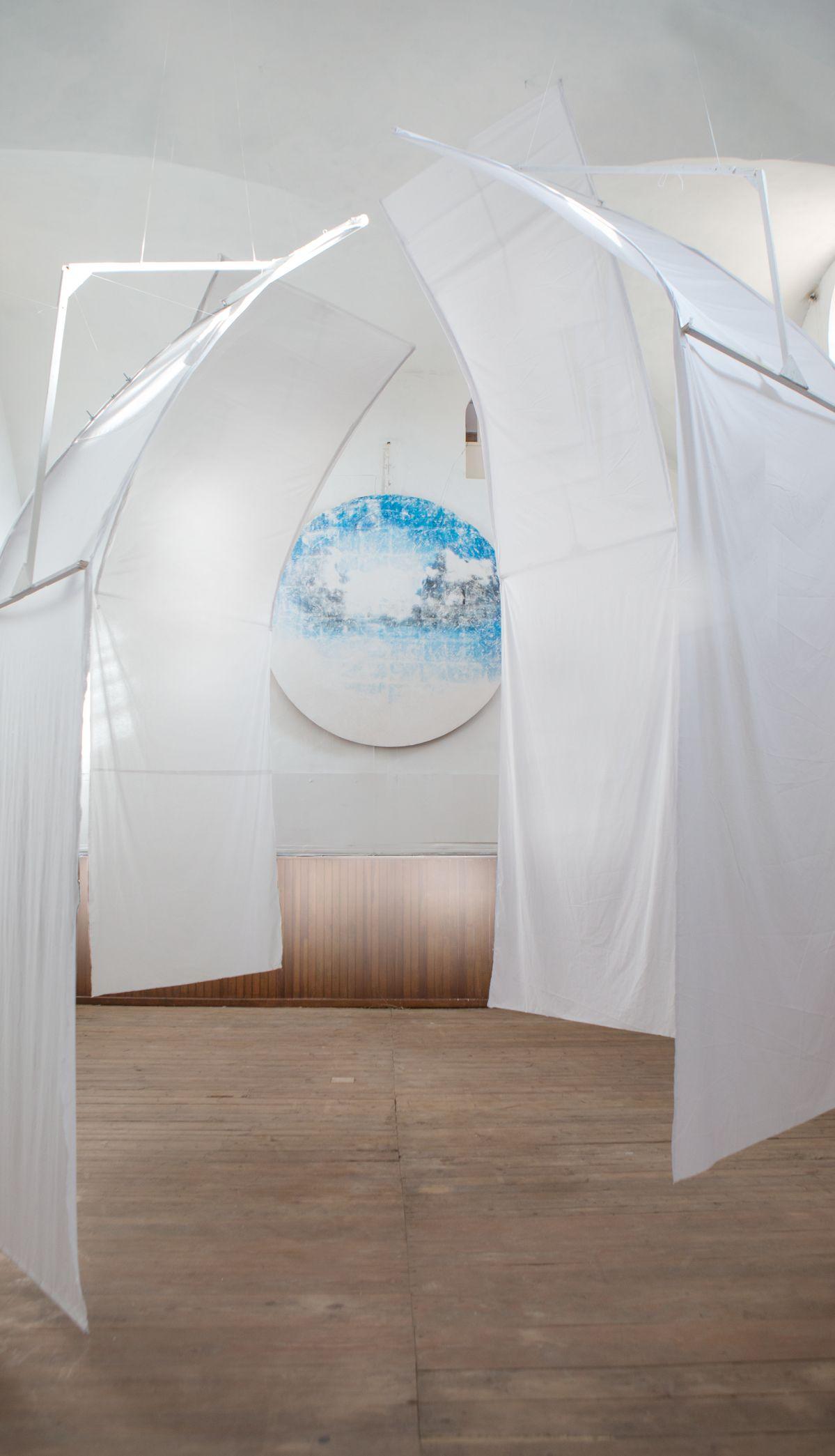 Côme Di Meglio - TransitionSPACE II Installation in situ dans la Chapelle Blanche du Couvent Levat coton blanc, bois, cordes, fresque sur plâtre de 250cm de diamètre. exposition: Les Fleurs Sauvage, commissariat Double Séjour - Couvent Levat - 2019