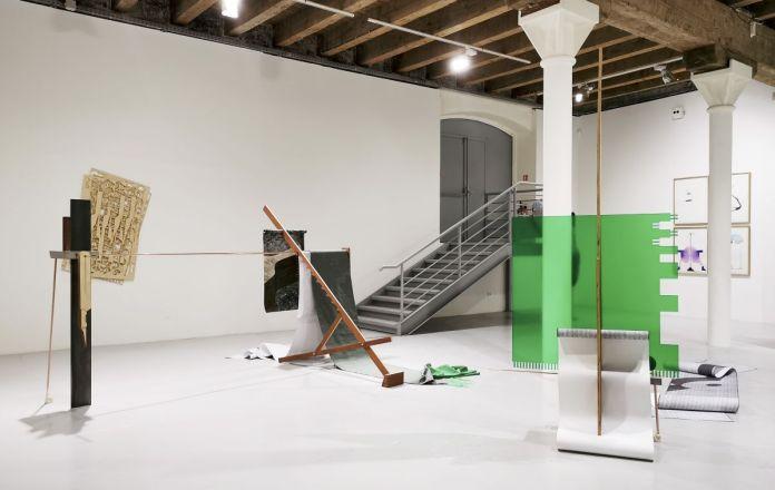 Hélène Moreau - Le bruit de l'échantillonneuse, épisode 3 - La tablette-radar et la longue chaise de studio, 2018-2020 et Tablette-mire, 2018-2020 - Magnetic North