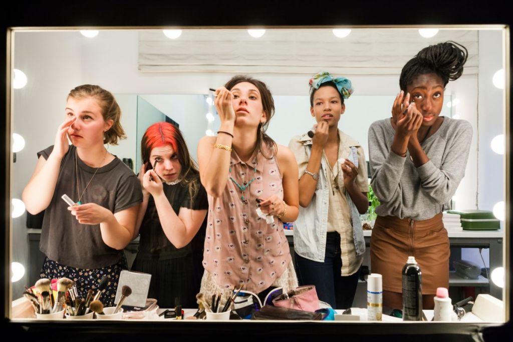 Lauren Greenfield, Des élèves de terminale se maquillant devant un miroir sans tain pour le documentaire « Beauty CULTure » de Lauren Greenfield, Los Angeles, 2011 © Lauren Greenfield