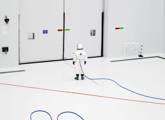 Vincent Fournier, Ergol #3, salle blanche S1B, Arianespace, Centre spatial guyanais [CSG], Kourou, Guyane française, série Space Project [Projet spatial], 2011 © Vincent Fournier