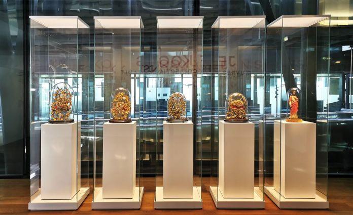 Couronnes et bouquets de mariage et Christ au sacré coeur sous globes de verre - Jeff Koons au Mucem - Œuvres de la Collection Pinault - Salle 1