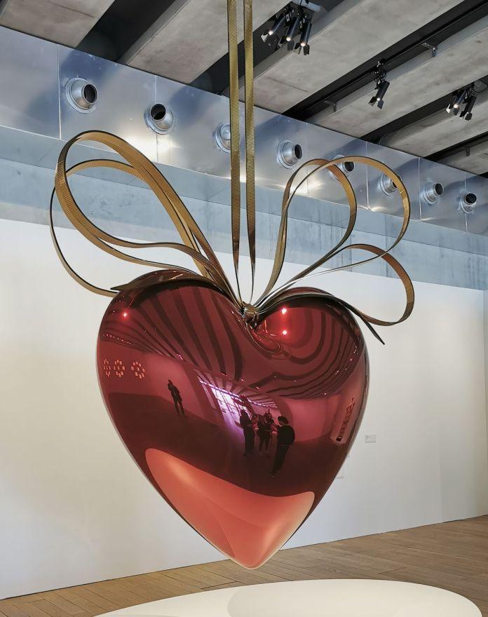 Jeff Koons – Hanging Heart (Red-Gold), 1994-2006 - Jeff Koons au Mucem - Œuvres de la Collection Pinault - Salle 5 - vue de l'exposition