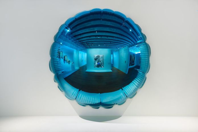 Jeff Koons, Moon (Light Blue)_vue de l'exposition Jeff Koons Mucem© Jeff Koons_photo_Laurent Lecat_Mucem