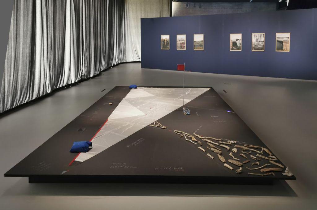 Enrique Ramírez - Sail N°6 instrumento poético de una mínima historia, 2018 et Calais, 2009 - Vue de l'exposition Jardins migratoires aux Rencontres Arles 2021